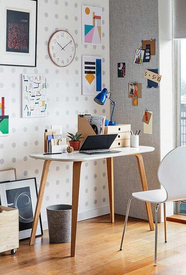 decoração simples com papel de parede de bolinhas e mesa pequena para home office Foto Home & Decors