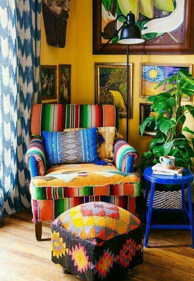 decoração simples com puff e poltrona colorida Foto Cut & Paste