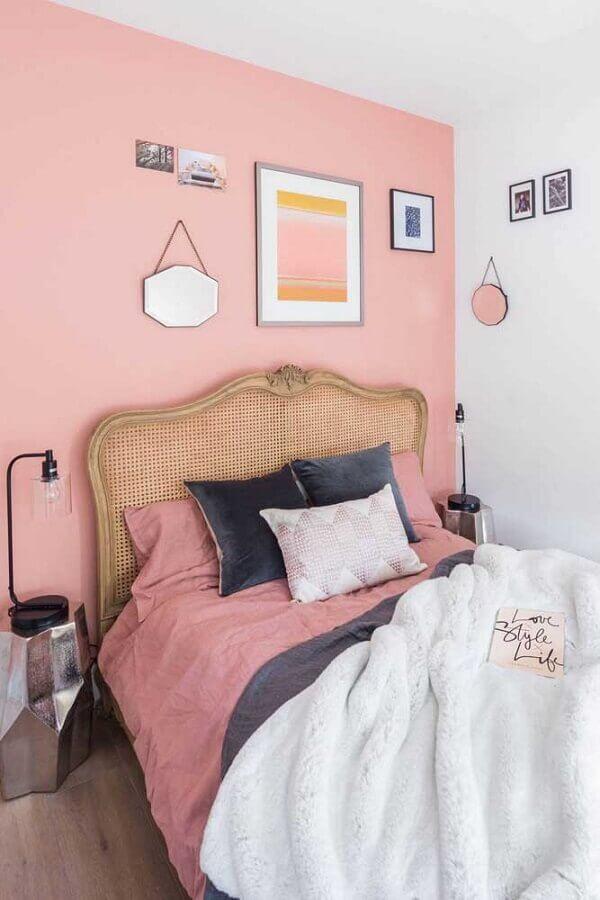 decoração simples com quadros para quarto feminino rosa  Foto Pinterest