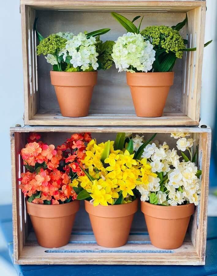 decoração simples com vasos de flores em caixotes de feira Foto Unsplash