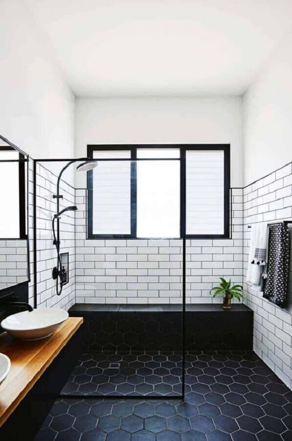 decoração simples para banheiro preto e branco com bancada de madeira  Foto One Kindesign