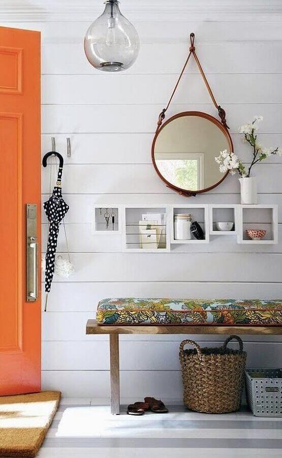 decoração simples para hall de entrada com espelho redondo e banco de madeira Foto Pinterest