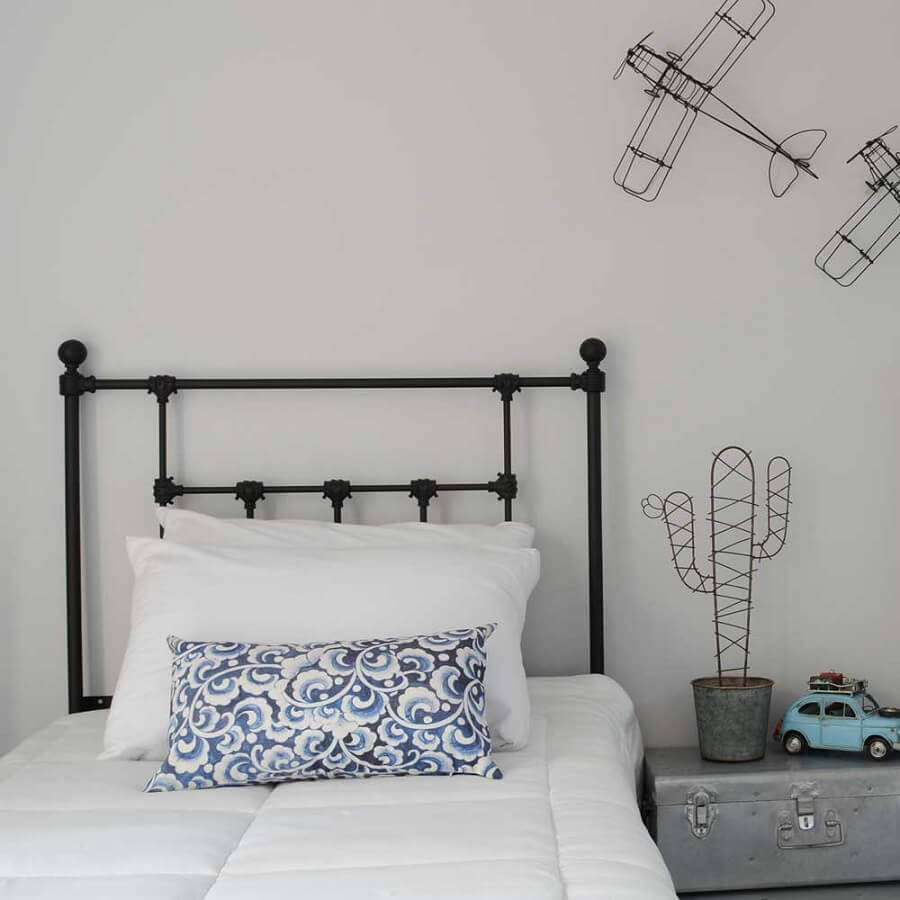 decoração simples para quarto com cabeceira solteiro preta de ferro Foto Pinterest