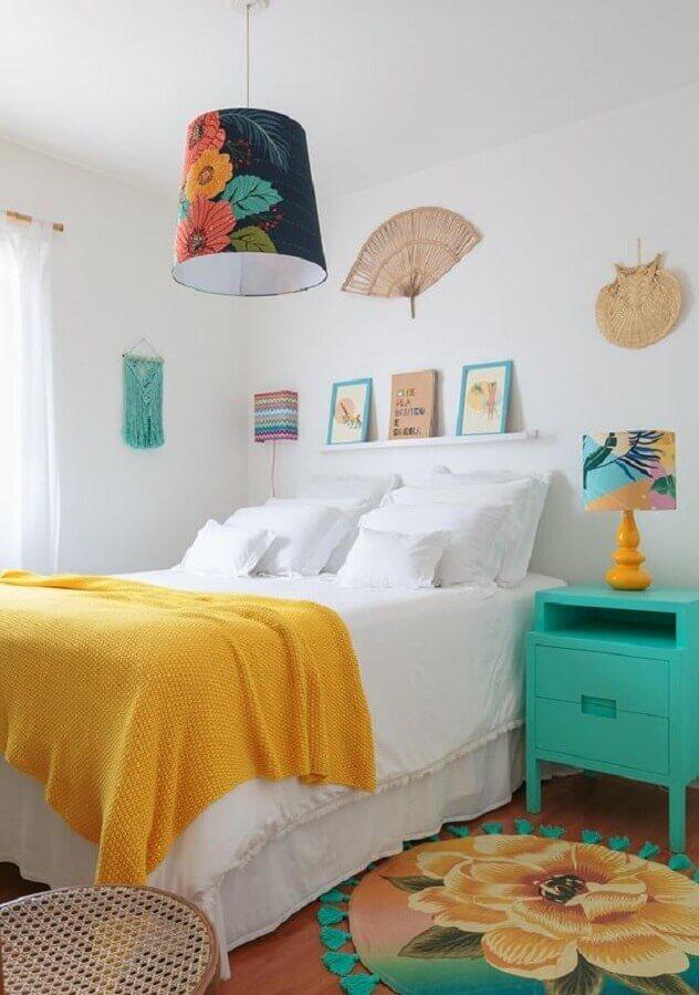 ecoração simples para quarto com lustre pendente colorido Foto Histórias de Casa