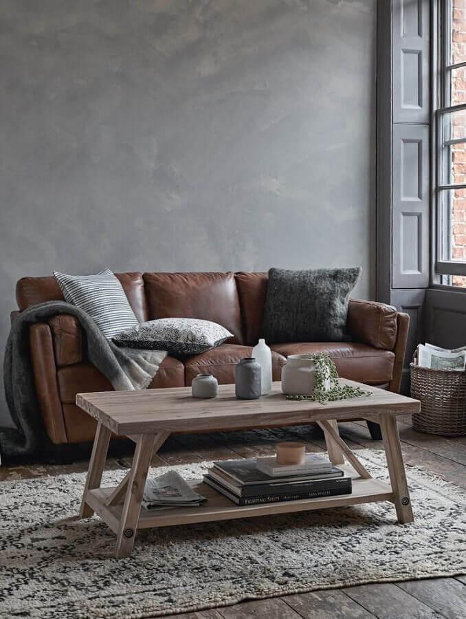 decoração simples para sala cinza com sofá de couro marrom escuro Foto Pinterest