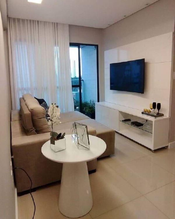 Sala de estar pequena com mesa lateral alta redonda e branca