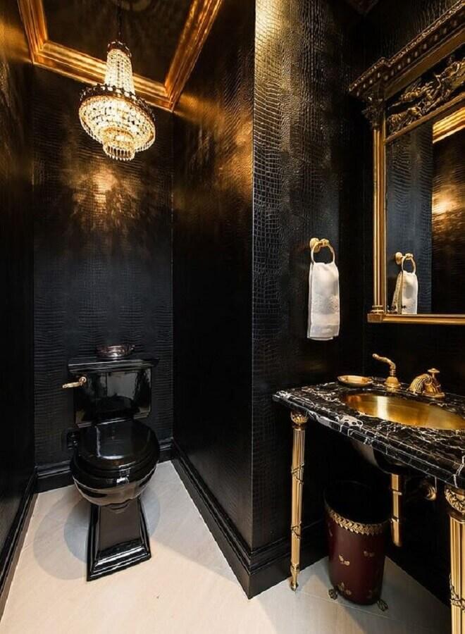 decoração sofisticada com detalhes clássicos para banheiro preto e dourado Foto Decoist