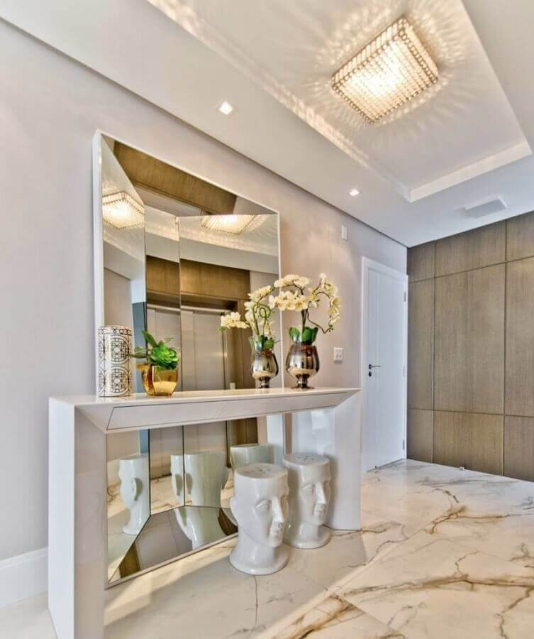 decoração sofisticada para hall de entrada com espelho grande e aparador branco Foto Ideias Decoração