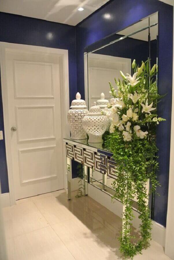 decoração sofisticada para hall de entrada pequeno com espelho de parede e aparador espelhado Foto Dicas Decoração