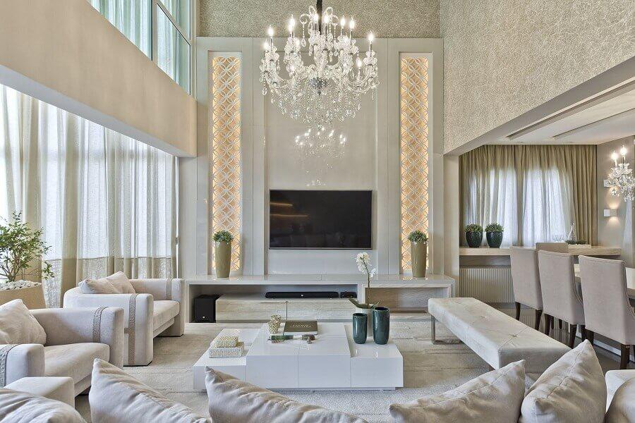 decoração sofisticada para sala branca com lustre pendente cristal Foto SP Studio por Mariana Stockler