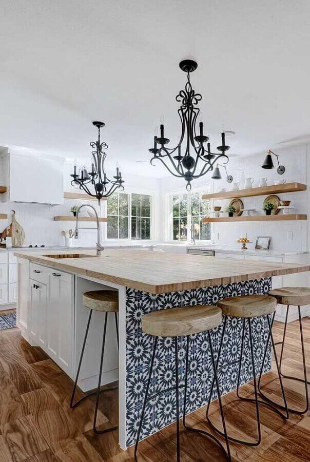 decoração vintage com lustre pendente preto para cozinha com ilha Foto Pinterest