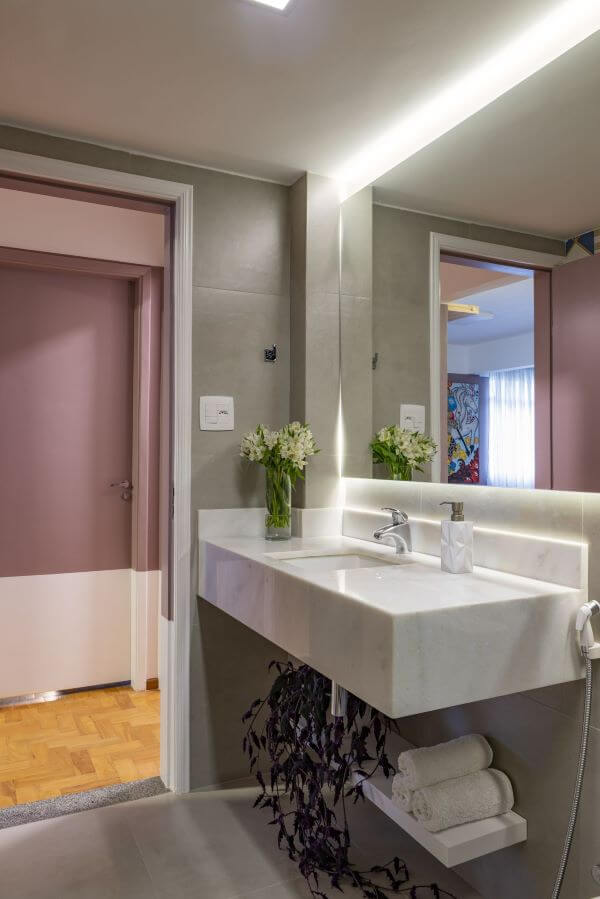 Decoração de banheiro com cores de mármore
