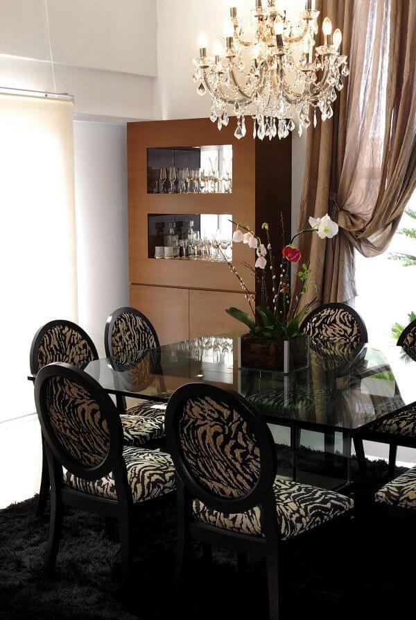 Mesa de jantar preta com cadeira medalhão