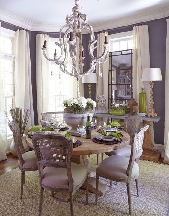 Decoração para sala de jantar em tons de roxo