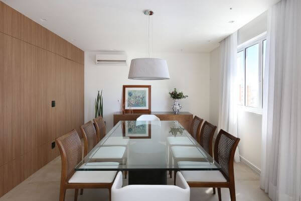 Base para mesa de vidro com cadeiras de madeira