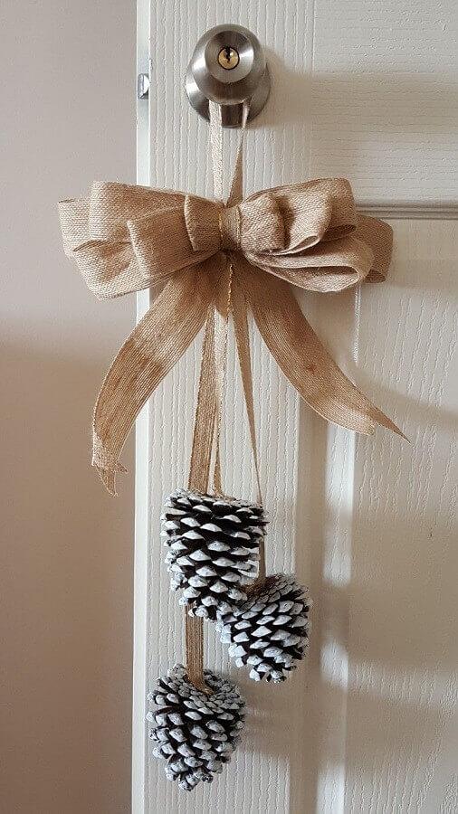 enfeite de Natal com pinha e laço rústico para porta  Foto Revista Artesanato]