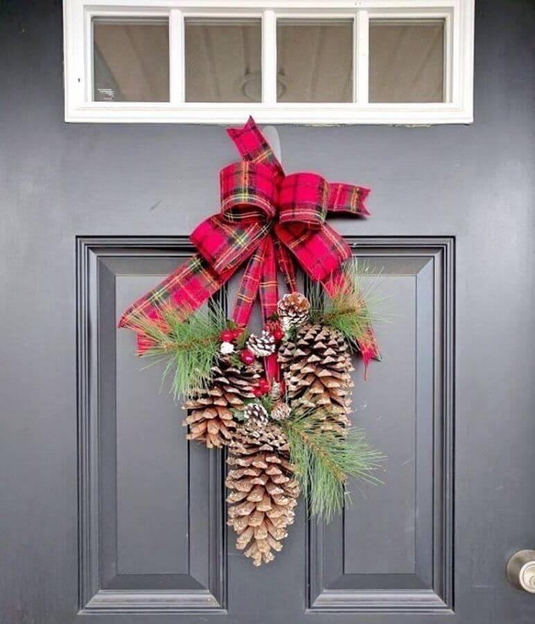 enfeite de Natal com pinha e laço xadrez para porta  Foto Rustic & Woven