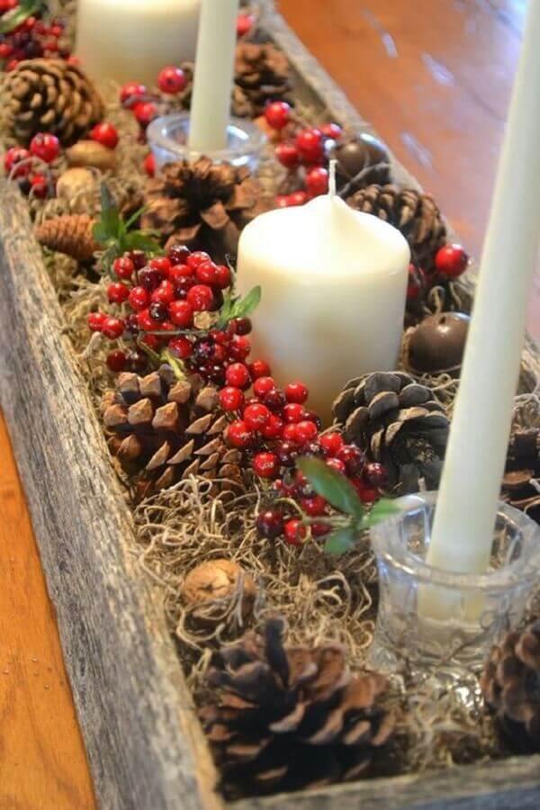 enfeite de Natal com pinha e velas em suporte rústico  Foto Muito Chique