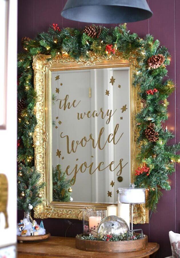 enfeite de Natal com pinha para moldura de espelho dourado  Foto Home Fashion Trend