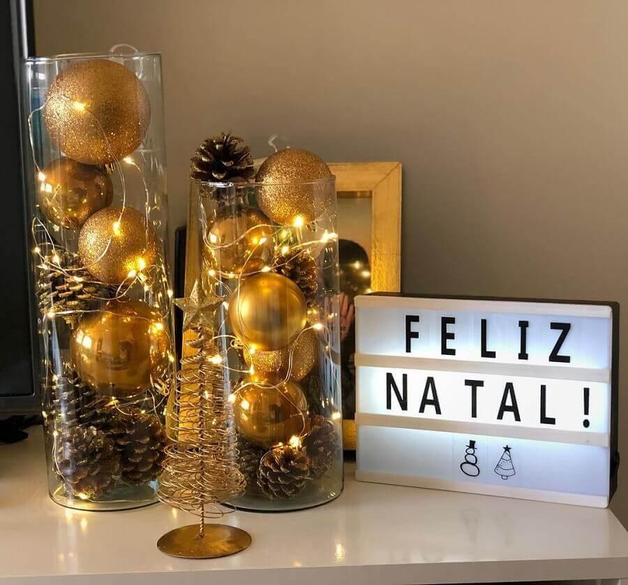 enfeites com pinha de Natal e bolas douradas em vaso de vidro  Foto Nosso Ap 205