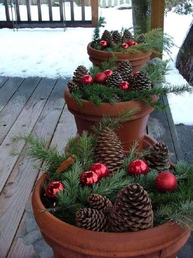 enfeites com pinha de Natal e bolas vermelhas para vasos de cerâmica  Foto Casa e Jardim