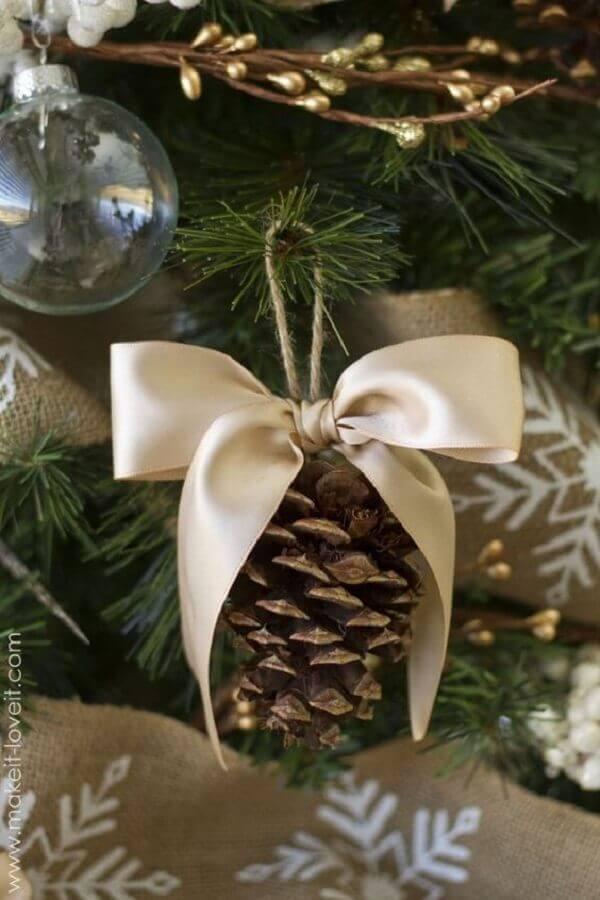 enfeites com pinha de Natal para árvore com laços de cetim  Foto Pinterest