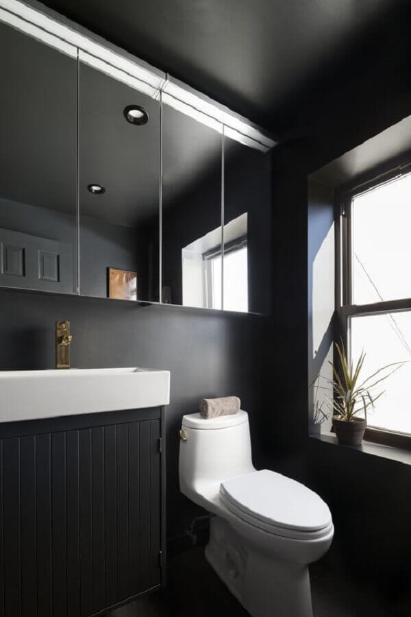 espelheira para decoração de banheiro preto  Foto Apartment Therapy