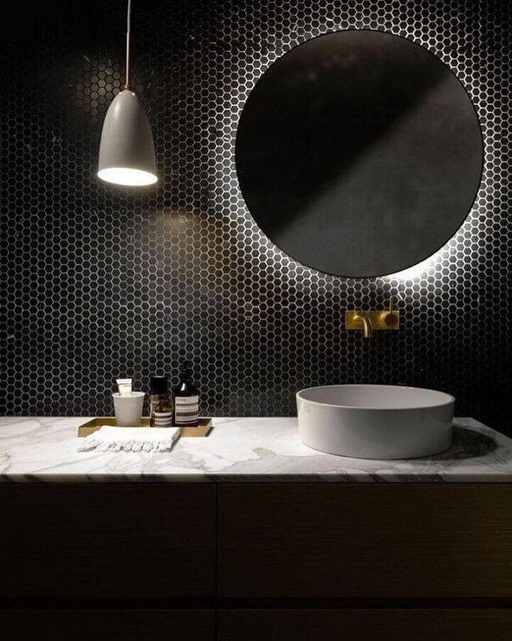 espelho com led para decoração de banheiro preto com revestimento hexagonal  Foto Futurist Architecture