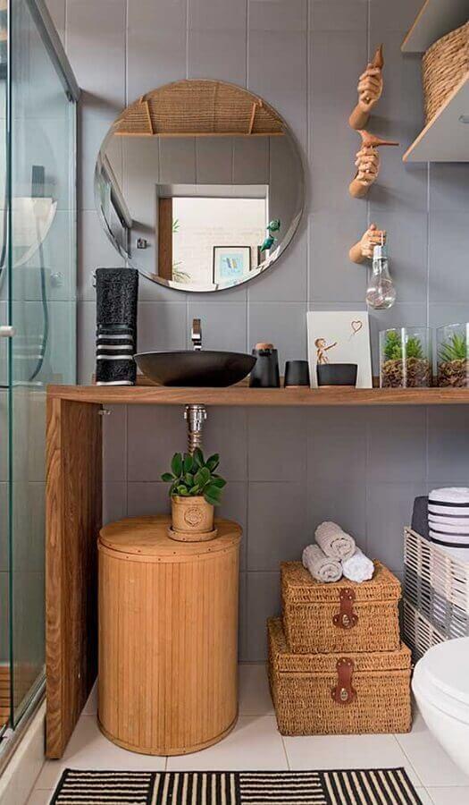espelho de parede para banheiro cinza com bancada de madeira  Foto Pinterest