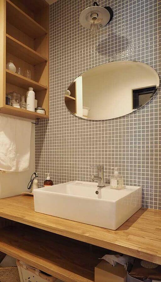 espelho de parede para banheiro decorado com bancada de madeira e pastilhas cinza  Foto Pinterest
