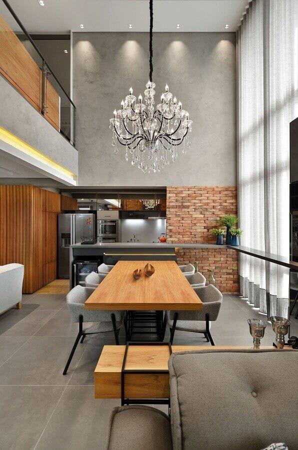 estilo industrial para sala de jantar cinza decorada com lustre pendente cristal grande Foto Architizer