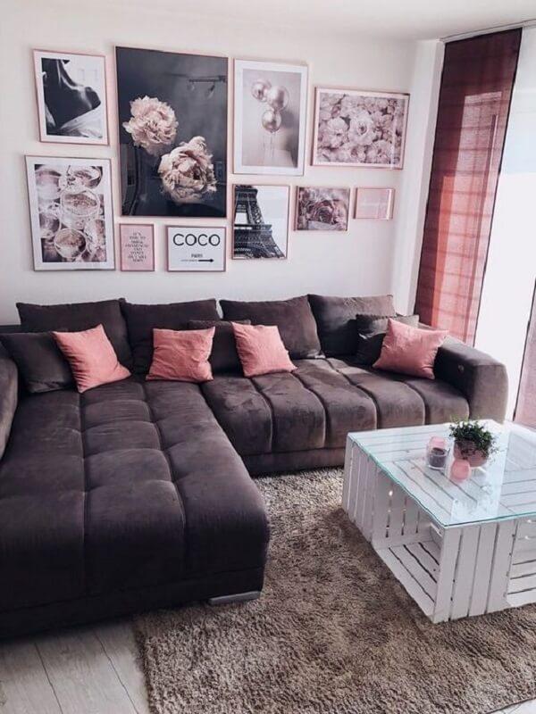 Sala de estar aconchegante com sofá baú