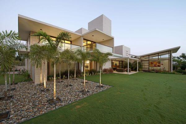Revestimento para fachada de casa moderna com jardim amplo