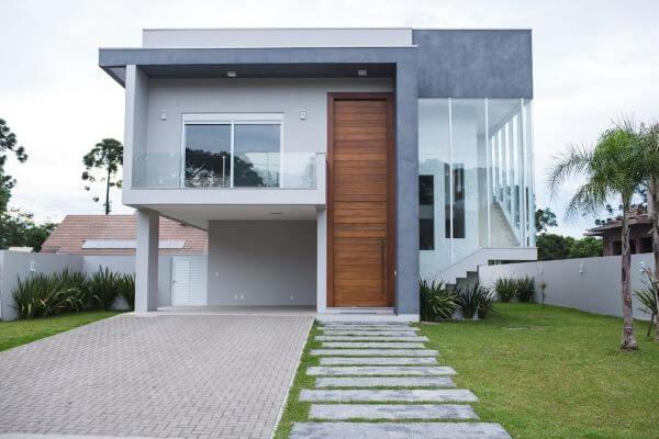 Fachadas de casas com porta de parede e caminha de pedra