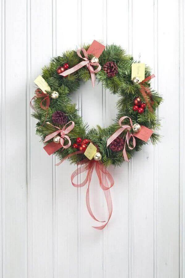guirlanda de Natal com pinhas e laços  Foto Elle Decor