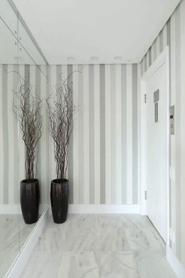 hall de entrada com espelho e papel de parede listrado Foto Pinterest