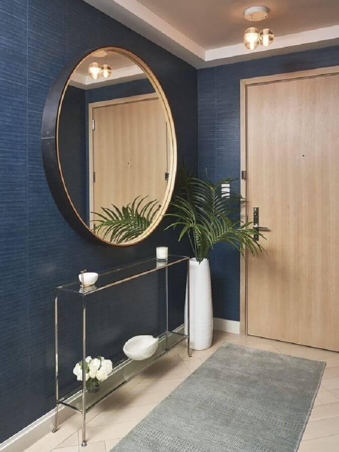 hall de entrada decorado com espelho grande de parede redondo  Foto Home Fashion Trend