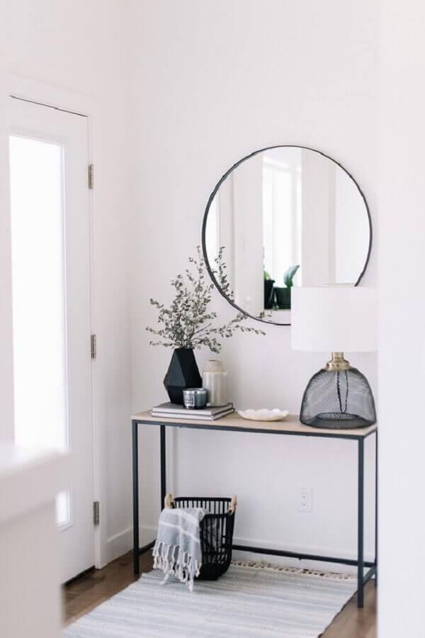 hall de entrada minimalista decorado com aparador e espelho de parede redondo  Foto Decostore