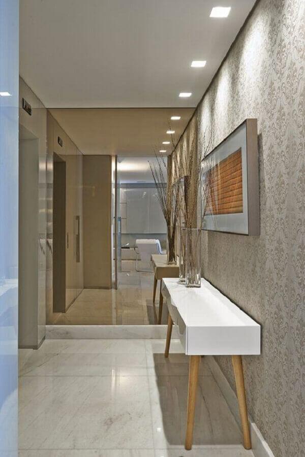 hall de entrada pequeno com espelho de parede e aparador retrô Foto Homedit