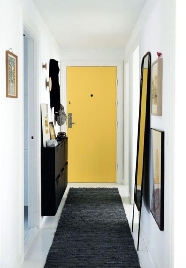 hall de entrada pequeno decorado com porta amarela e passadeira cinza Foto Apartment Therapy
