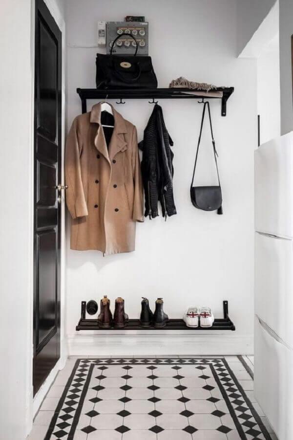 hall de entrada pequeno preto e branco decorado com ganchos de parede Foto Apartment Therapy