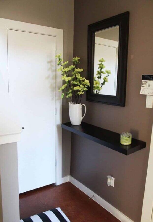 hall de entrada simples e pequeno decorado com espelho e prateleira preta Foto Juliana Agner Arquitetura