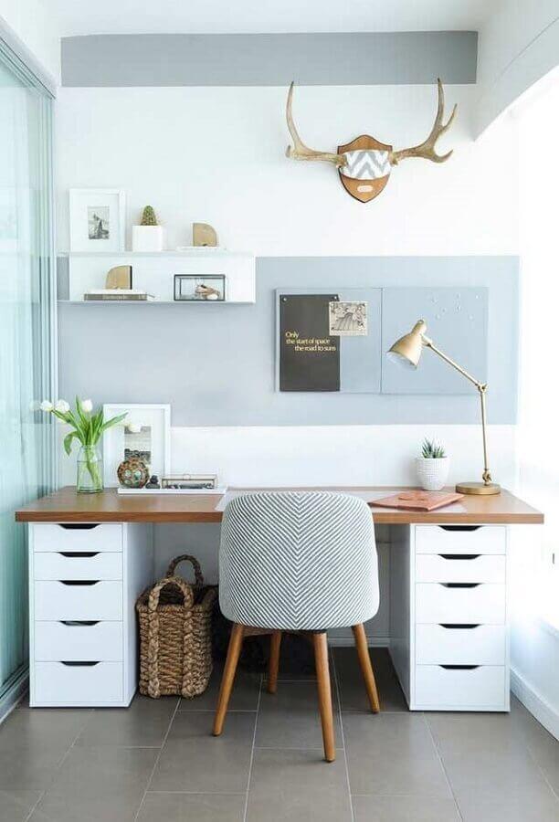 home office azul decorado com mesa de madeira com gavetas brancas Foto Pinterest