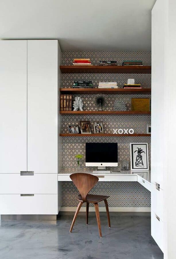 home office planejado com mesa de canto e prateleiras de madeira Foto Futurist Architecture