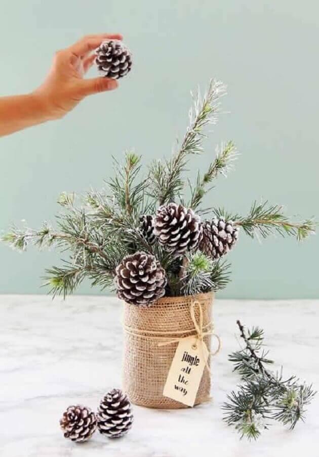 ideia de arranjo de Natal com pinhas  Foto Como Fazer em Casa
