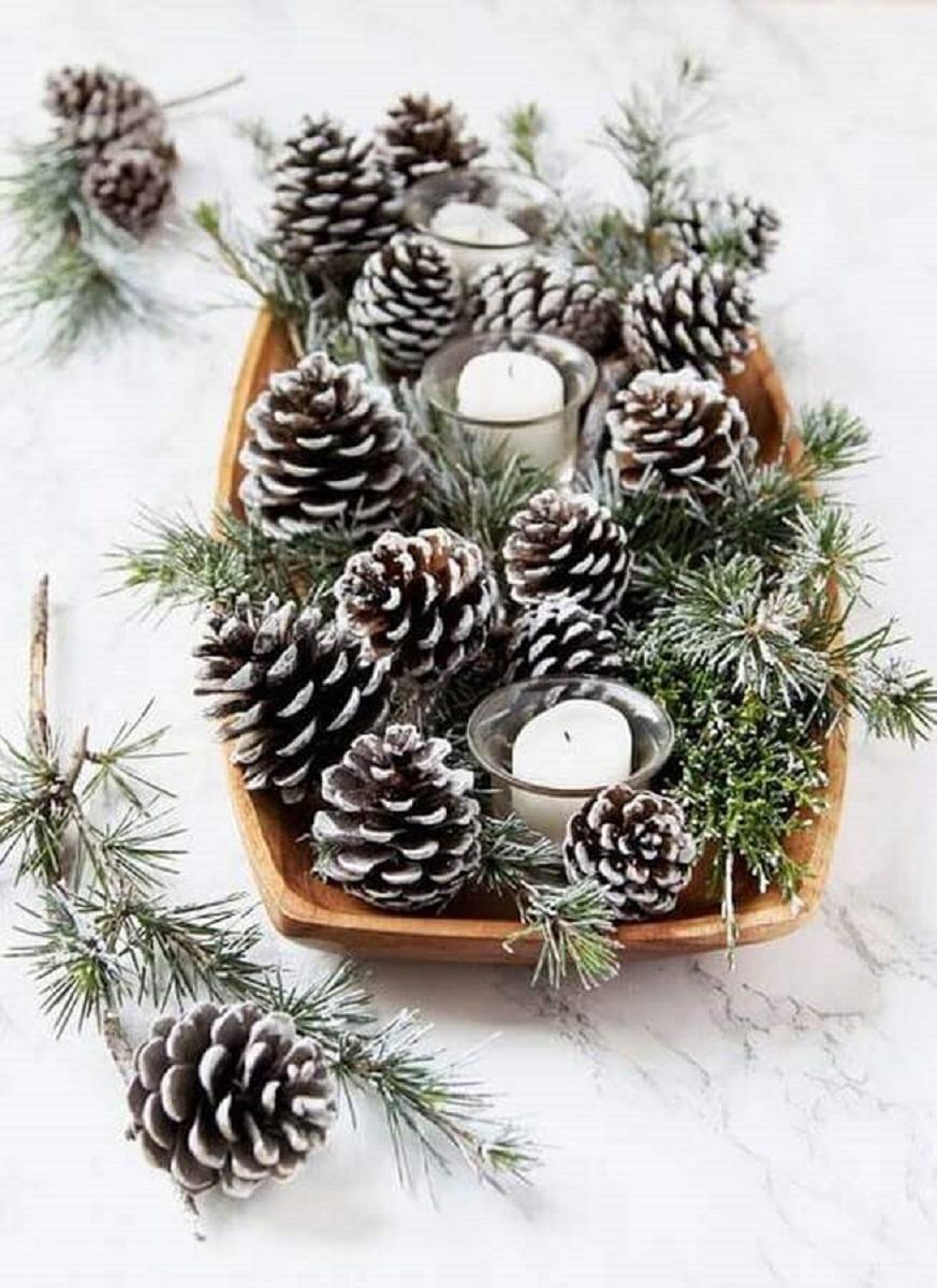 ideia simples de arranjo de Natal com pinhas e velas Foto Loving The Home Life