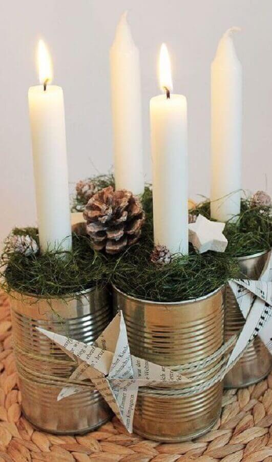 ideia simples de enfeite de Natal com pinha e velas  Foto Christmas Glitter