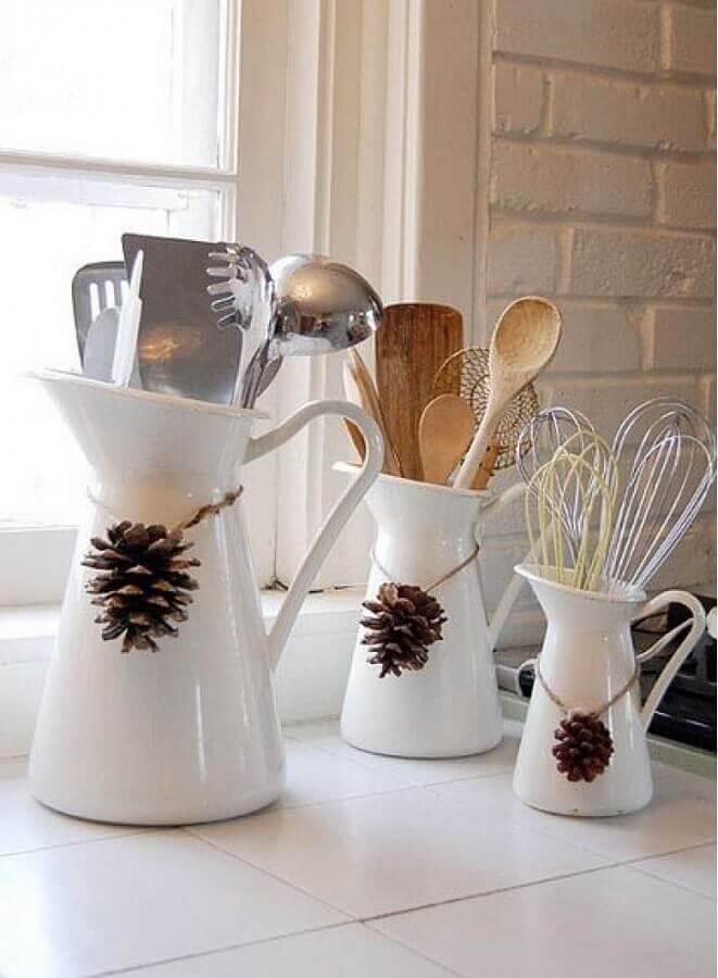 jarras brancas decoradas com pinha de Natal  Foto Round Decor