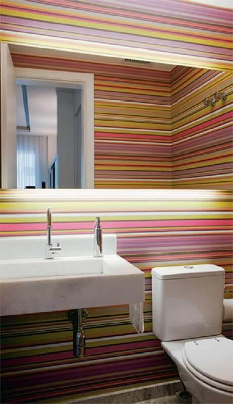lavabo decorado com papel de parede listrado colorido Foto Pinterest