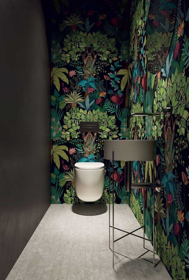 lavabo moderno decorado com papel de parede colorido com estampa de folhagens Foto Home Fashion Trend